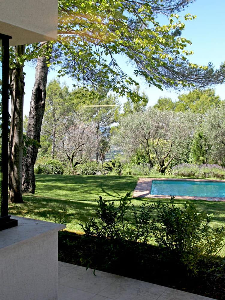 une piscine d rob e dans un jardin des maisons de r ve avec piscine journal des femmes. Black Bedroom Furniture Sets. Home Design Ideas