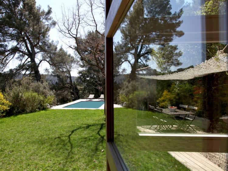 une piscine en balcon sur la for t des maisons de r ve avec piscine journal des femmes. Black Bedroom Furniture Sets. Home Design Ideas