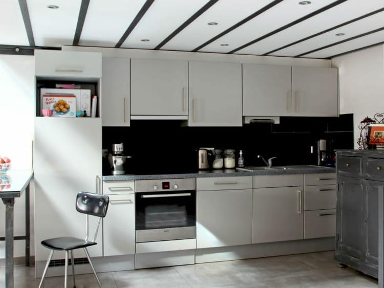 l 39 l gance d 39 un plan de travail en granit gris cuisine 30 plans de travail copier. Black Bedroom Furniture Sets. Home Design Ideas
