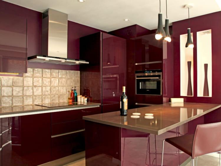 Une cuisine rouge bordeaux brillant for Cuisine moderne rouge et noir