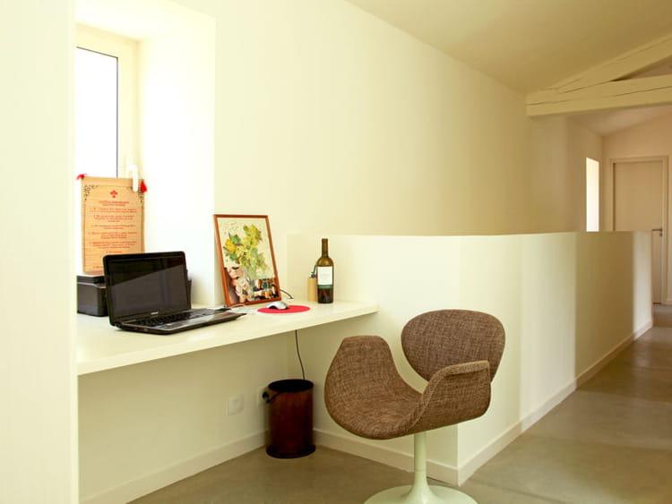 Un bureau dans le couloir des coins bureau qui nous for Couloir bureau