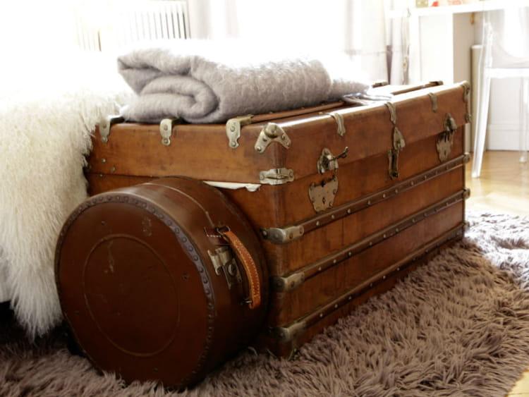 des valises anciennes comme bout de lit une d co 100. Black Bedroom Furniture Sets. Home Design Ideas