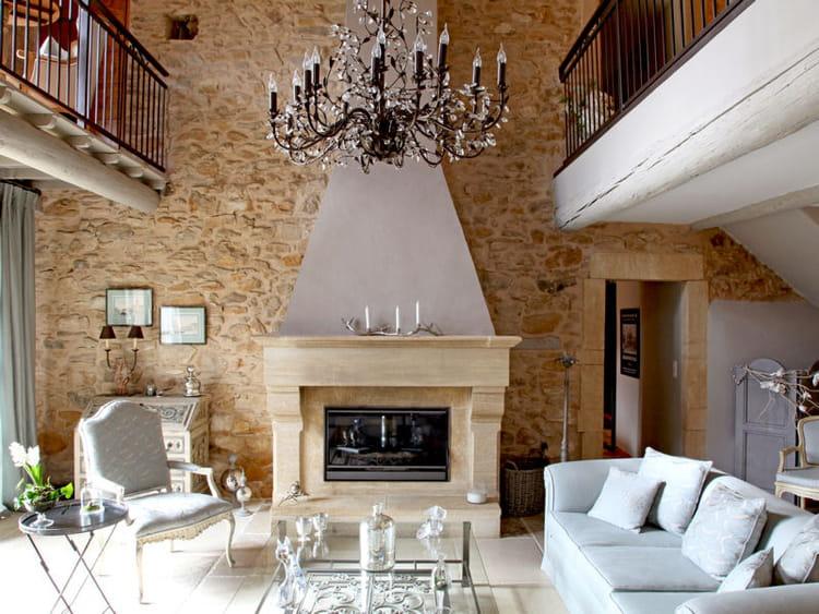 une mur en pierre au salon maison en pierre des b tisses de charme journal des femmes. Black Bedroom Furniture Sets. Home Design Ideas