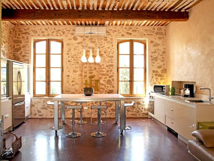 une cuisine en pierre et bois maison en pierre des b tisses de charme journal des femmes. Black Bedroom Furniture Sets. Home Design Ideas