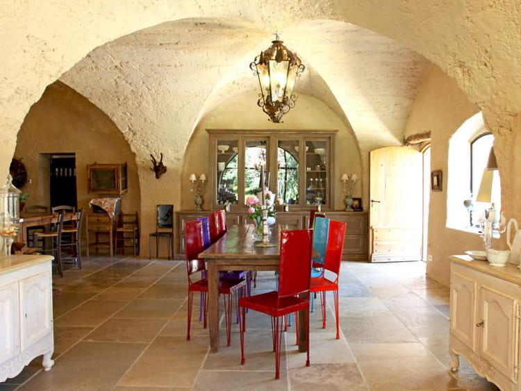 Une salle manger sous des vo tes en pierre maison en for Salle a manger en pierre