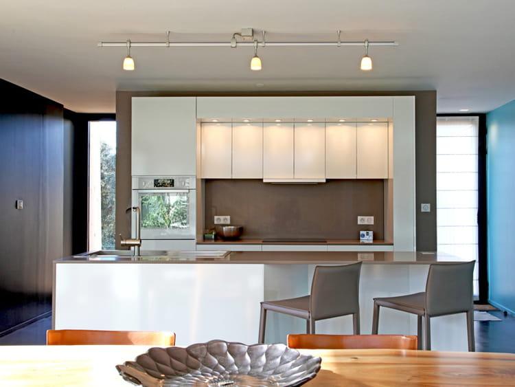 Une cuisine ouverte cubique for Cacher une cuisine ouverte