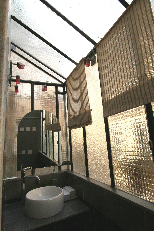 Une Salle De Bains Ciel Ouvert - Jardin Interieur A Ciel Ouvert Lyon ...