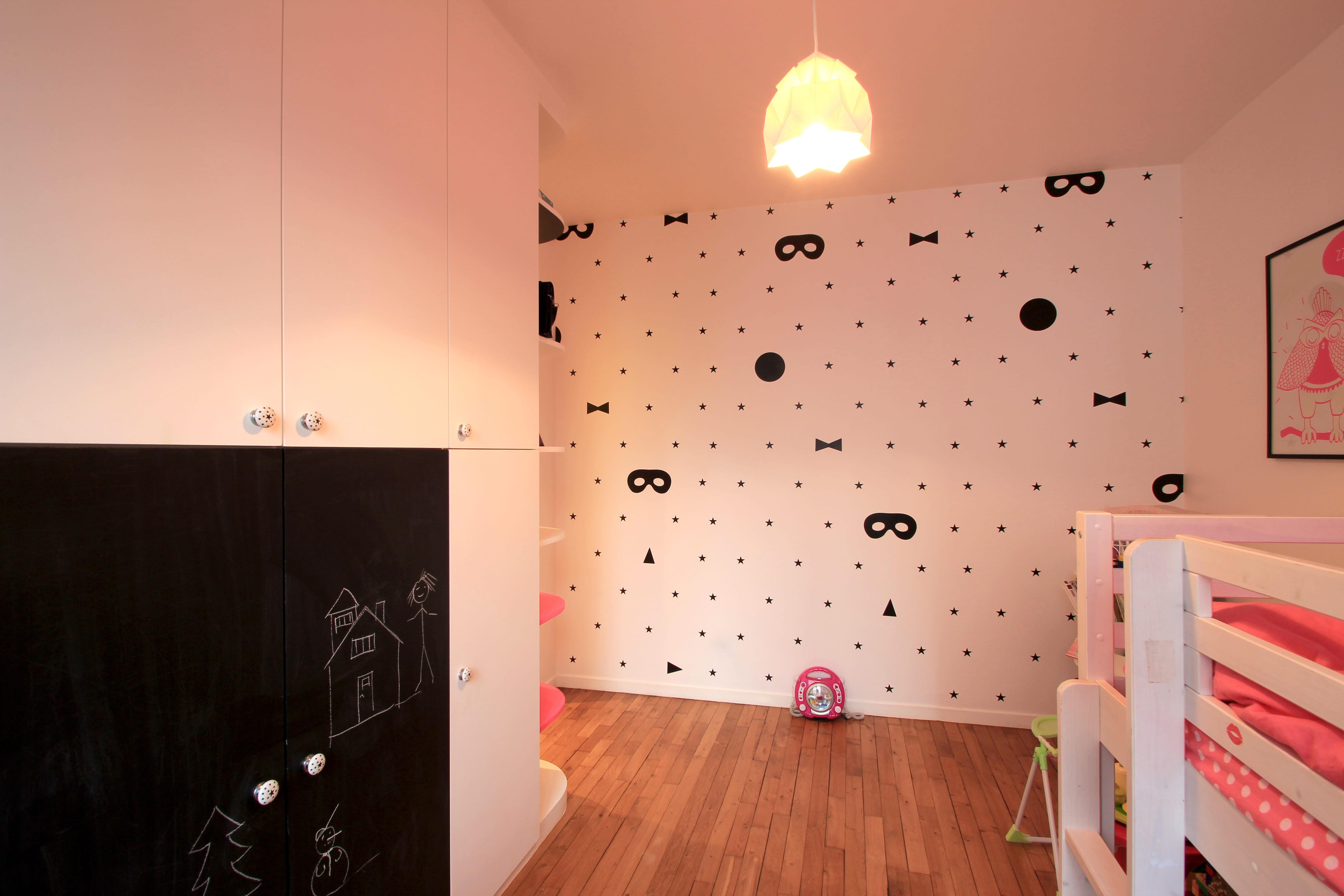 Du papier peint pour le relief avant apr s une chambre - Mettre du papier peint sur du papier peint ...