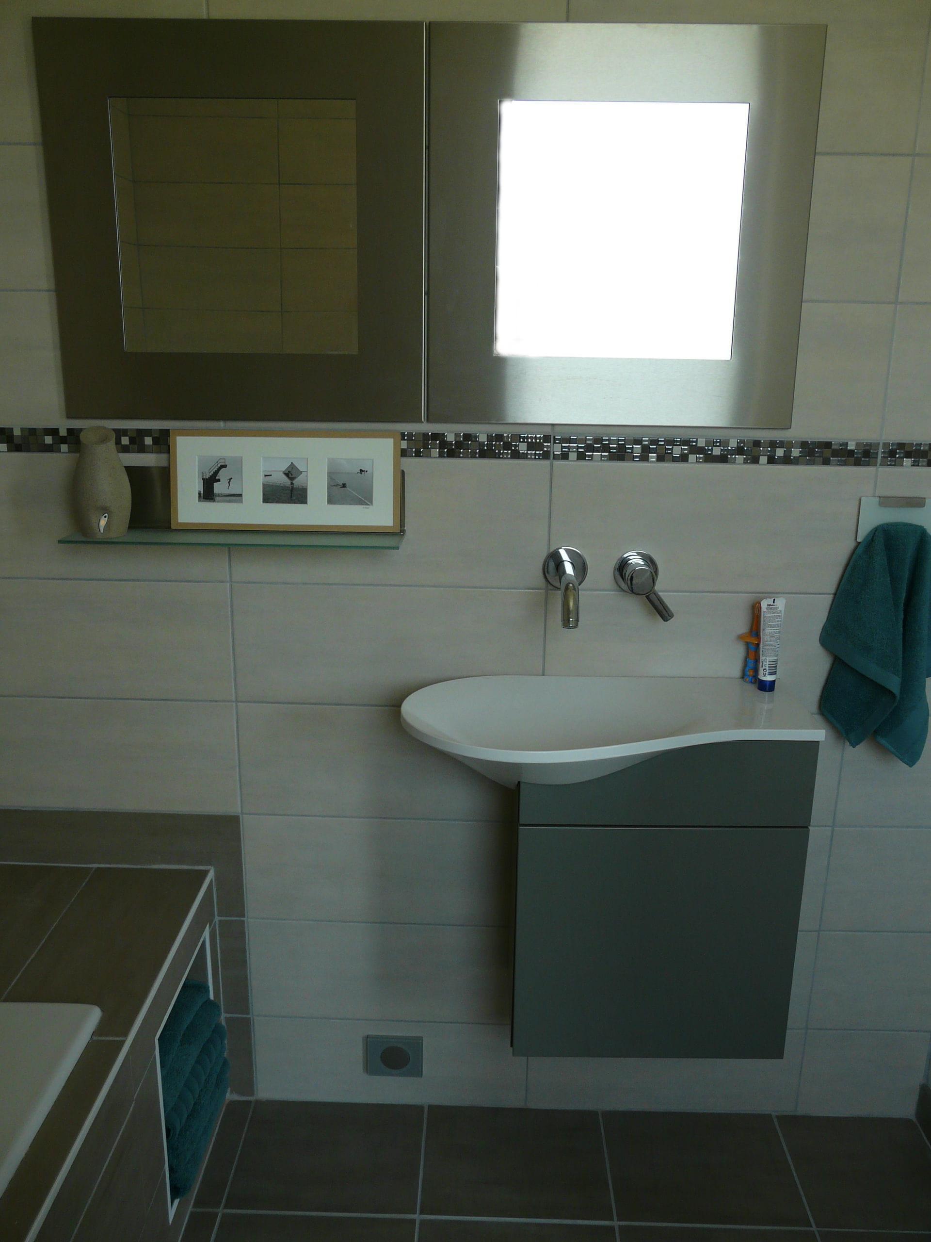 une petite salle de bains fonctionnelle visitez la maison d 39 aur lie journal des femmes. Black Bedroom Furniture Sets. Home Design Ideas