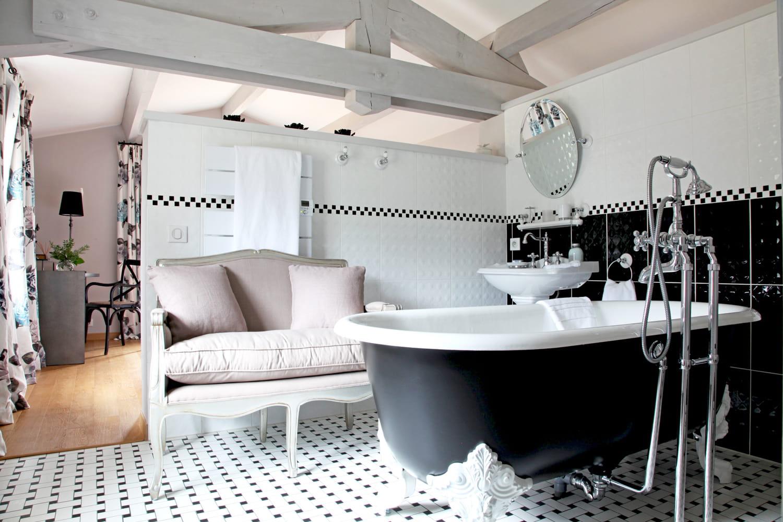 Chic r tro supr me l gance d 39 une demeure pas si classique journ - Salle de bain classique chic ...