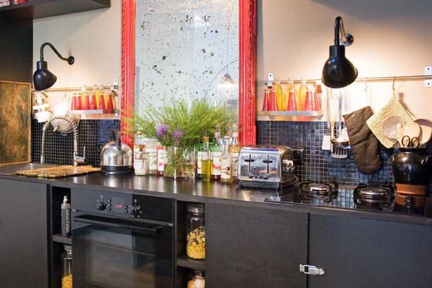Petit carrelage noir des cr dences de cuisine qui ont du style journal des femmes for Deco avec sol noir