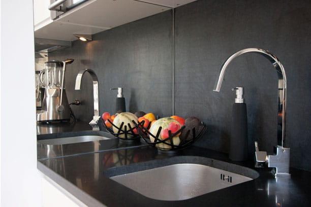 en granit noir des cr dences de cuisine qui ont du style journal des femmes. Black Bedroom Furniture Sets. Home Design Ideas
