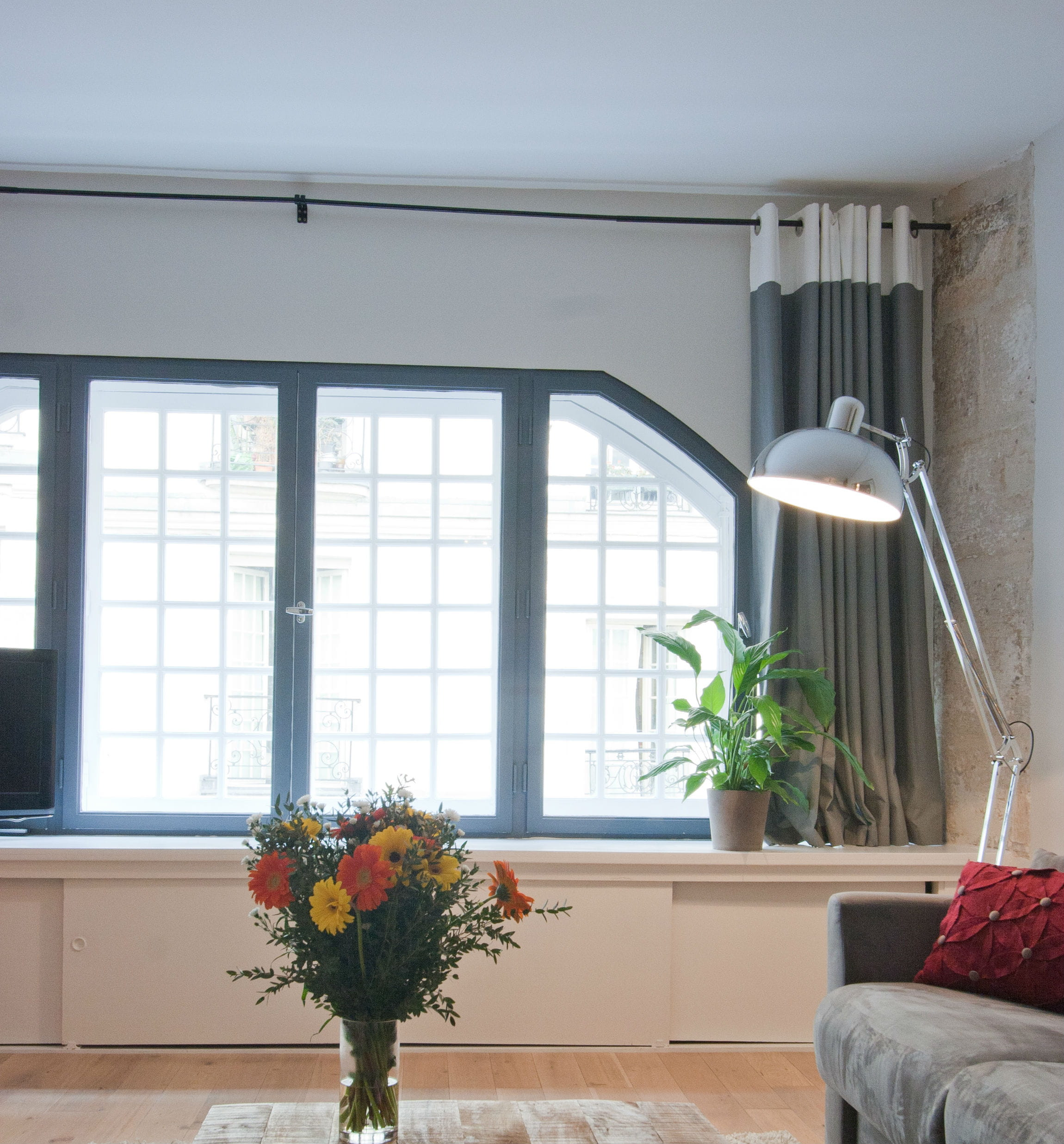 un nouvel encadrement de fen tre relooker son salon avec moins de 50 euros journal des femmes. Black Bedroom Furniture Sets. Home Design Ideas