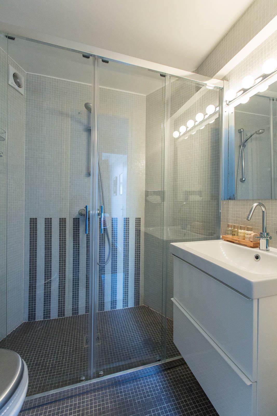 une salle d 39 eau avec douche l 39 italienne un appartement blanc comme neige journal des femmes. Black Bedroom Furniture Sets. Home Design Ideas