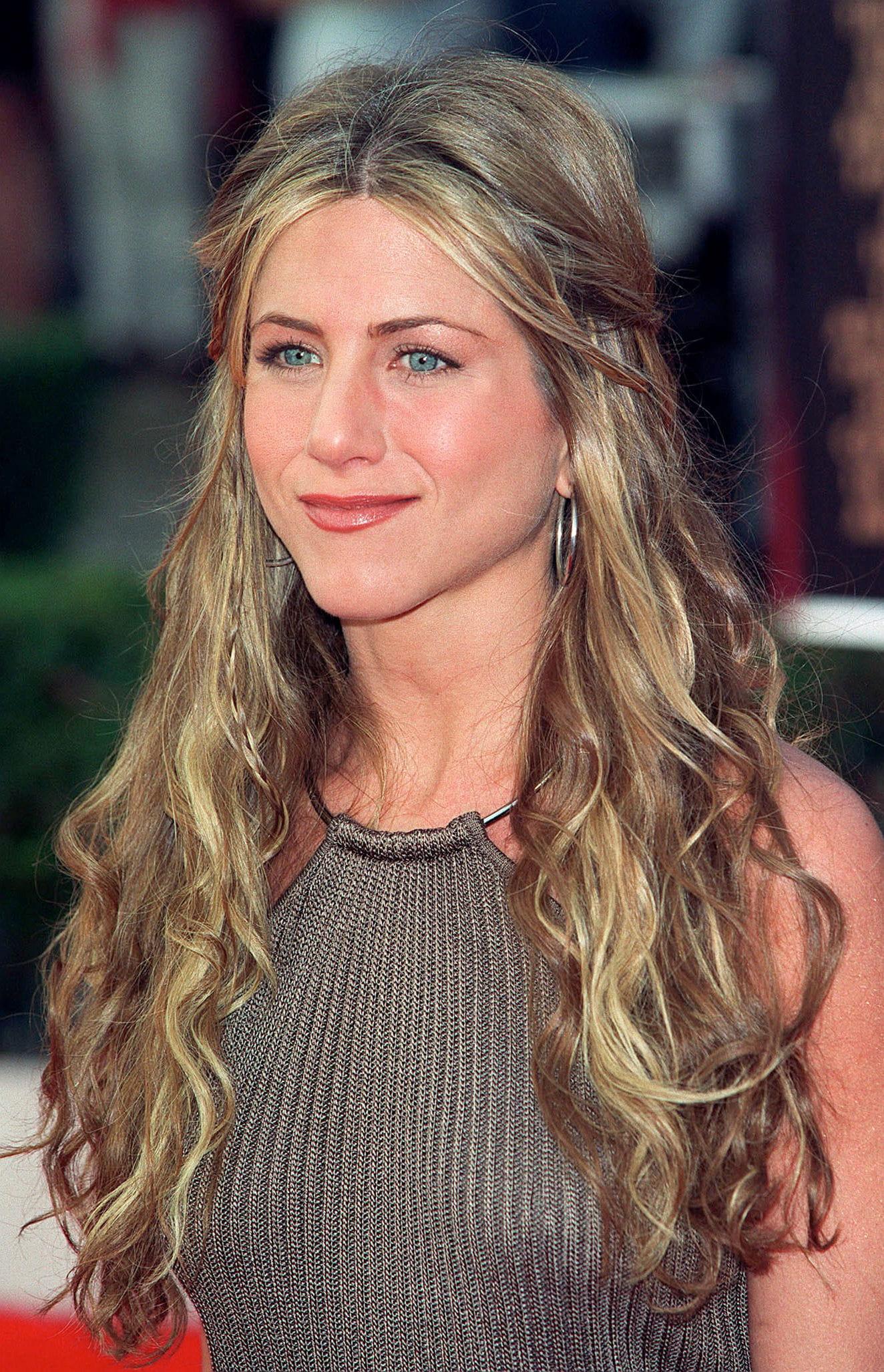 Cheveux Longs Et Ondulu00e9s  Jennifer Aniston En 12 Coiffures - Journal Des Femmes