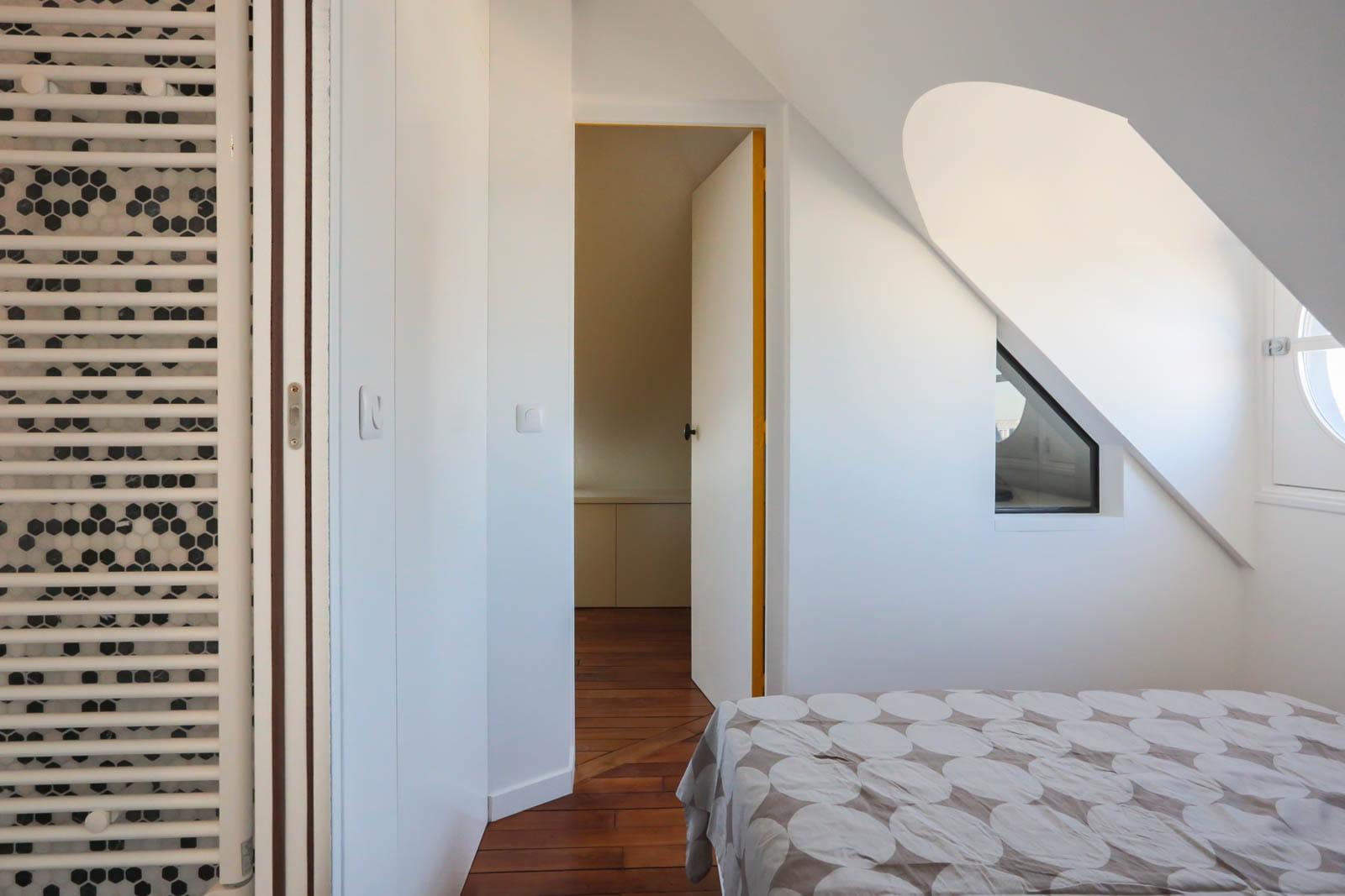 une chambre cabine toute blanche un studio avec vue boost par sa couleur journal des femmes. Black Bedroom Furniture Sets. Home Design Ideas