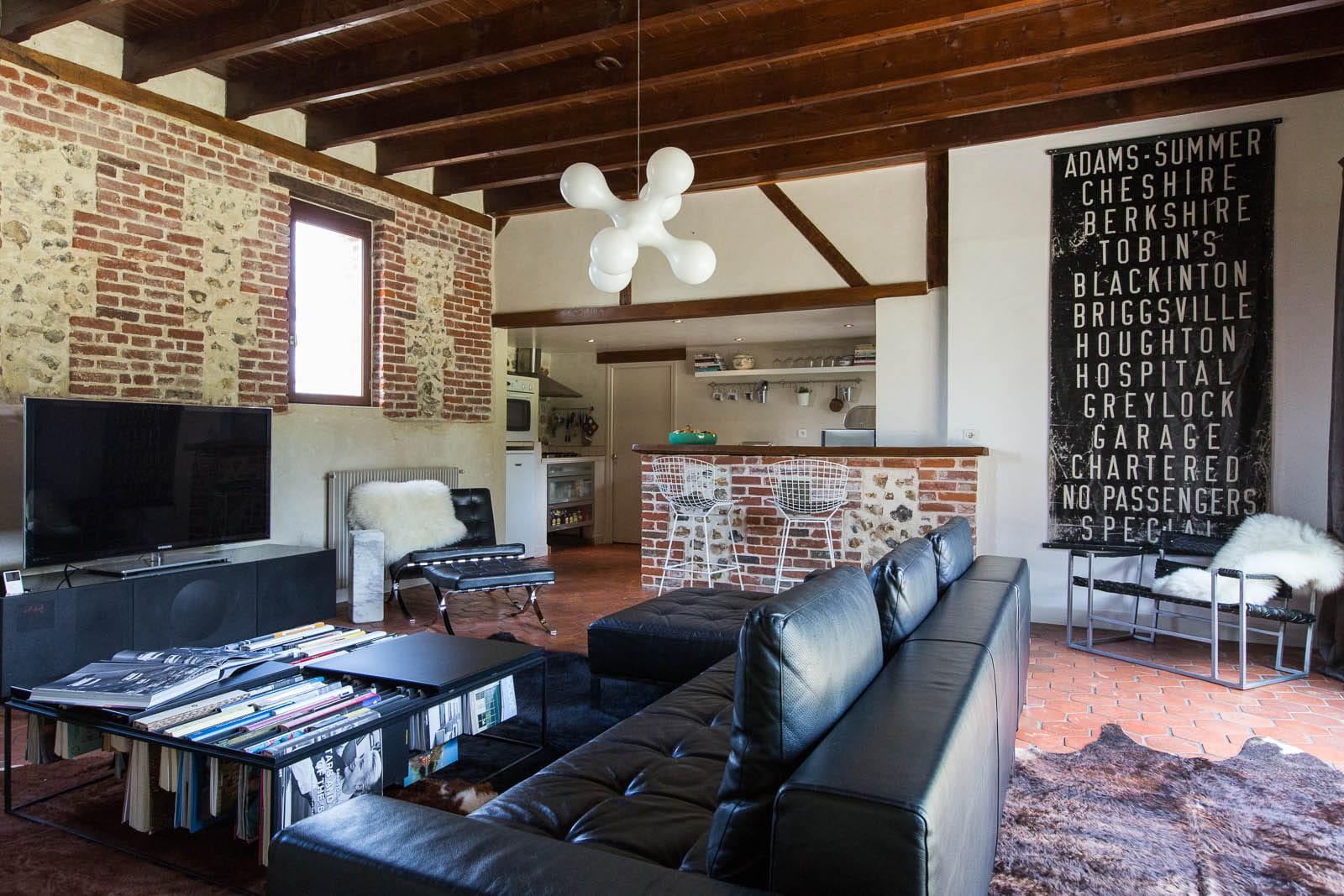 salon cuir et briques d co mix and match dans une ancienne curie journal des femmes. Black Bedroom Furniture Sets. Home Design Ideas