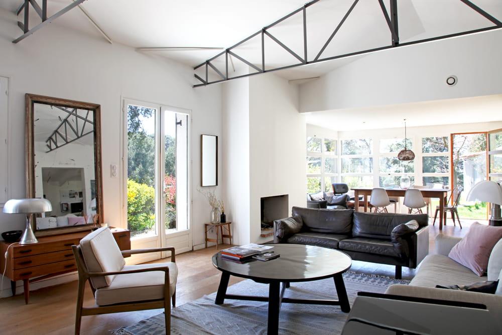 une pi ce vivre lumineuse parenth se styl e dans une maison de famille journal des femmes. Black Bedroom Furniture Sets. Home Design Ideas