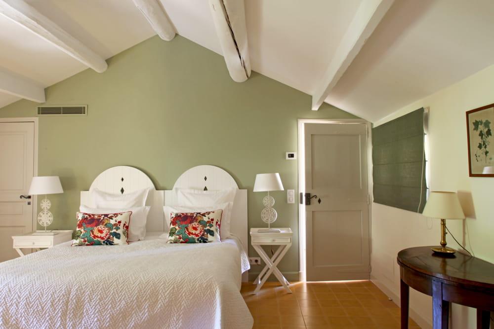 charme bucolique cocktail de couleurs dans une maison de campagne journal des femmes. Black Bedroom Furniture Sets. Home Design Ideas