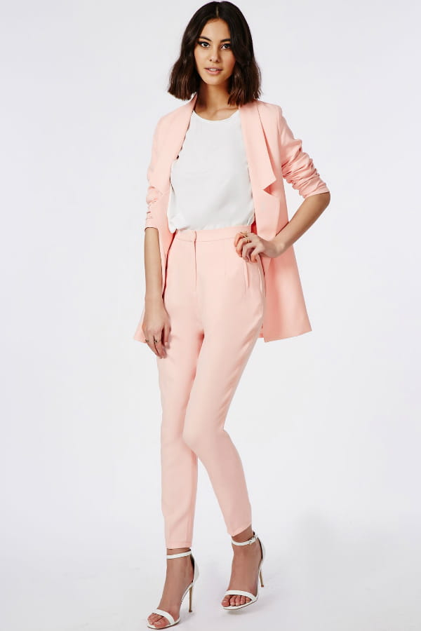 Ensemble tailleur rose p le de missguided tenues for Pantalon carreaux noir et blanc