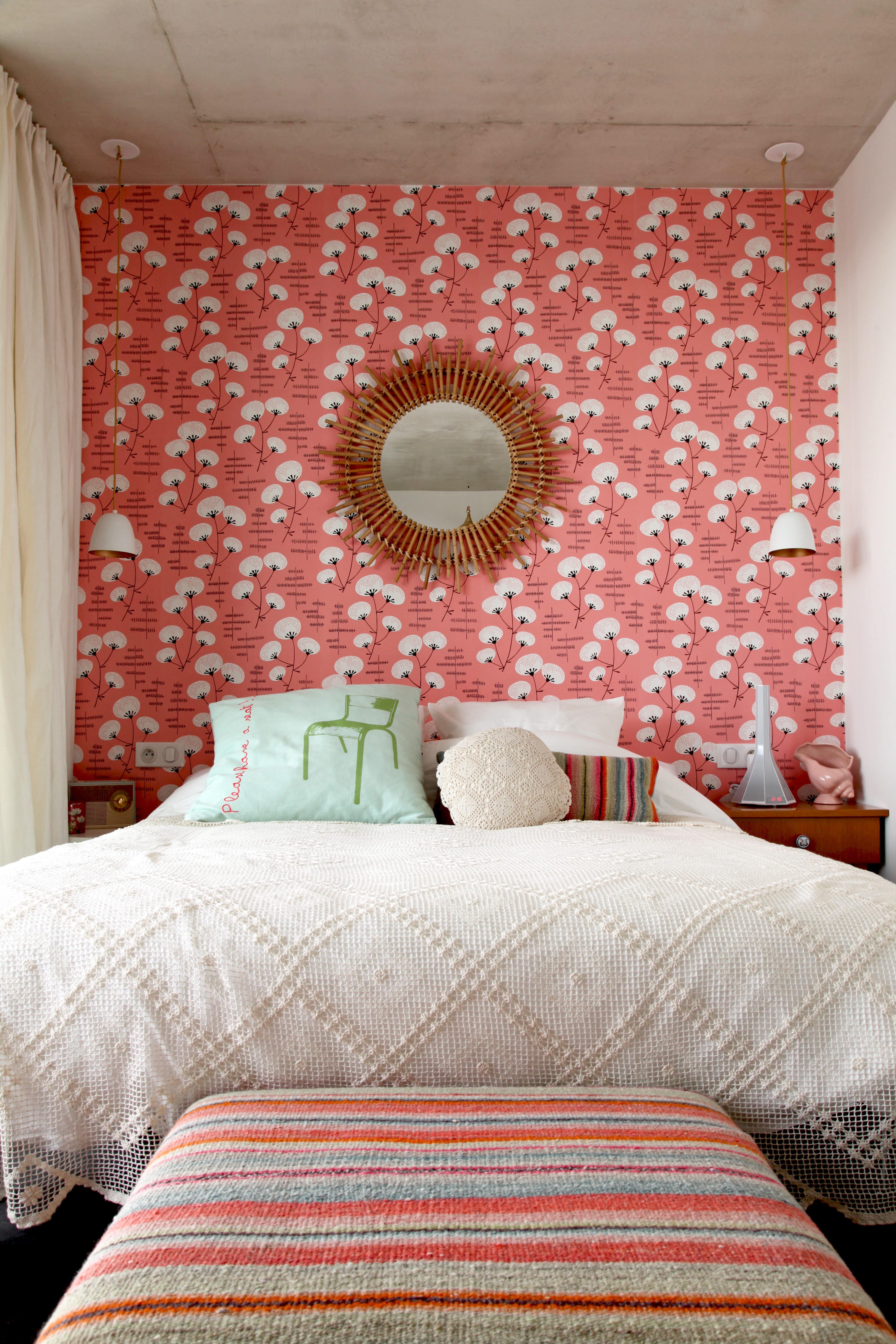habiller le mur en tête de lit  un lé de papier peint, cest malin