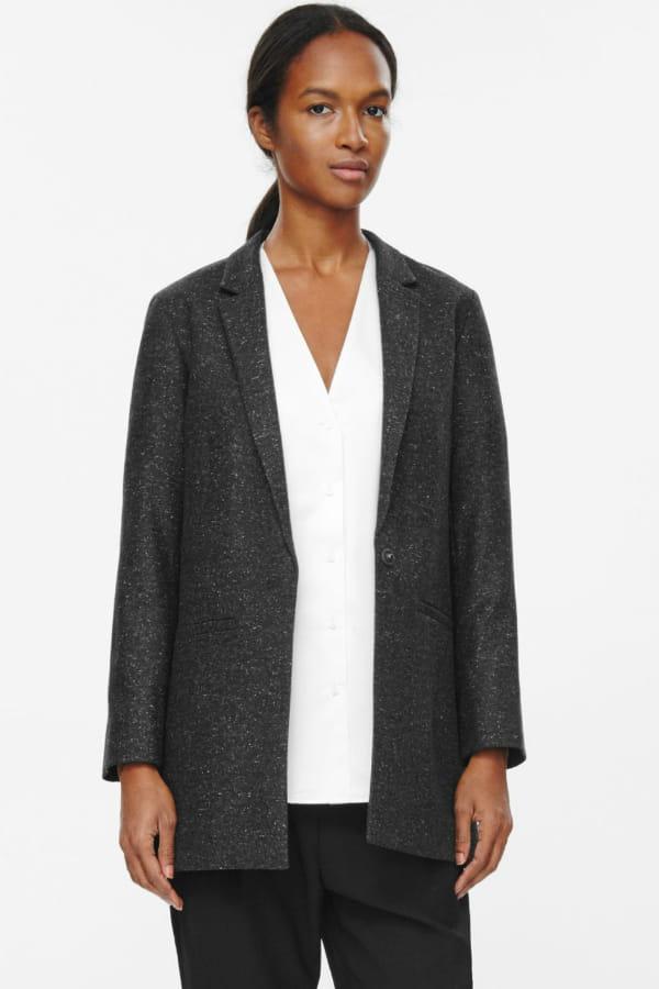 veste gris anthracite de cos on se prend une veste blazer journal des femmes. Black Bedroom Furniture Sets. Home Design Ideas