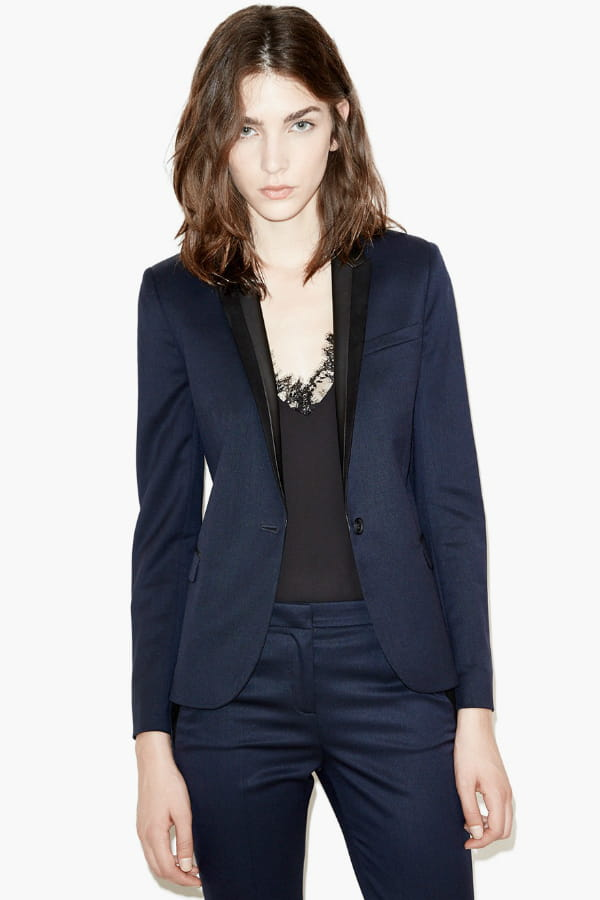 veste bleu marine de the kooples on se prend une veste blazer journal des femmes. Black Bedroom Furniture Sets. Home Design Ideas