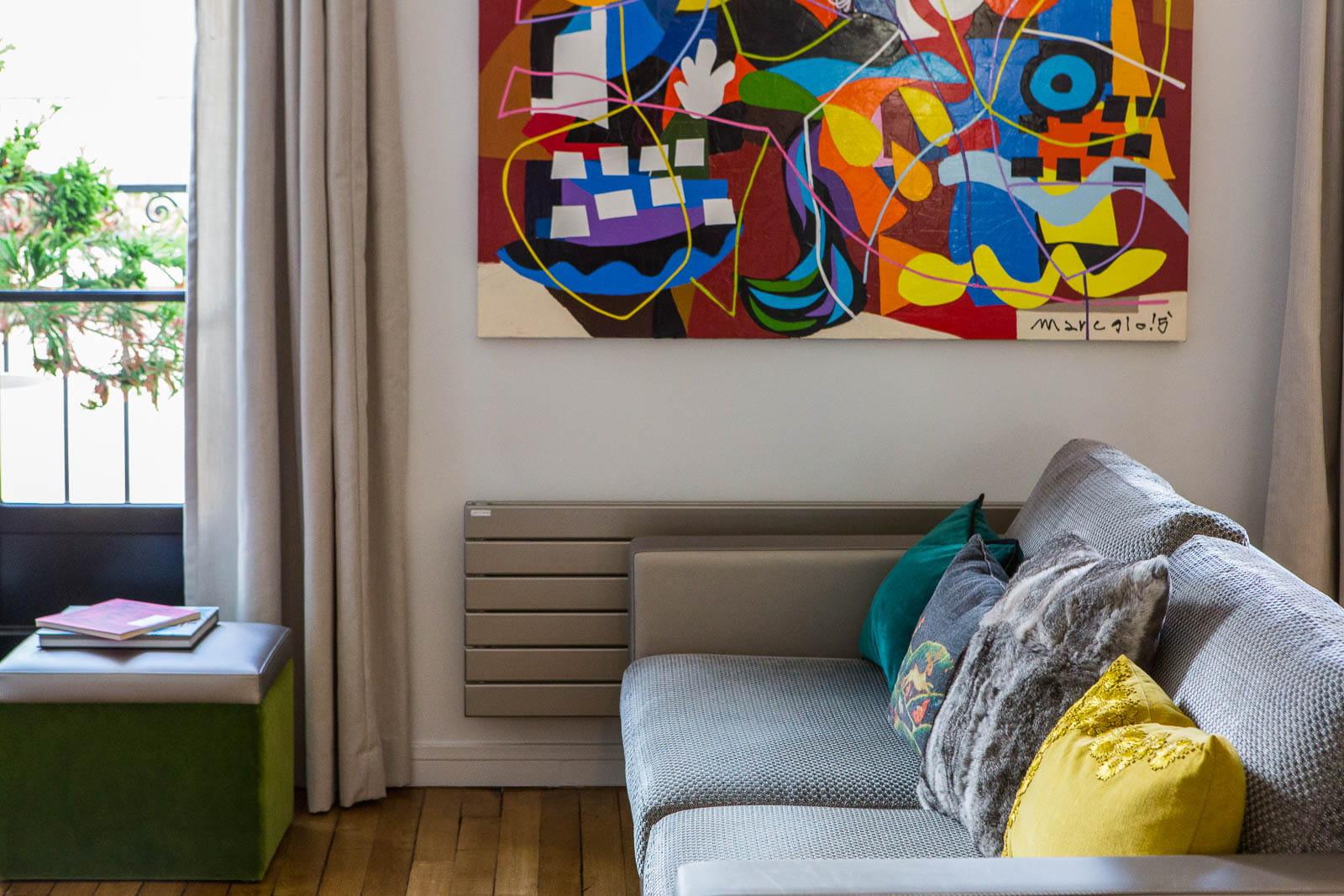 Des touches de couleurs vives d co en contrastes dans un - Charmant appartement lumineux touches couleurs ...