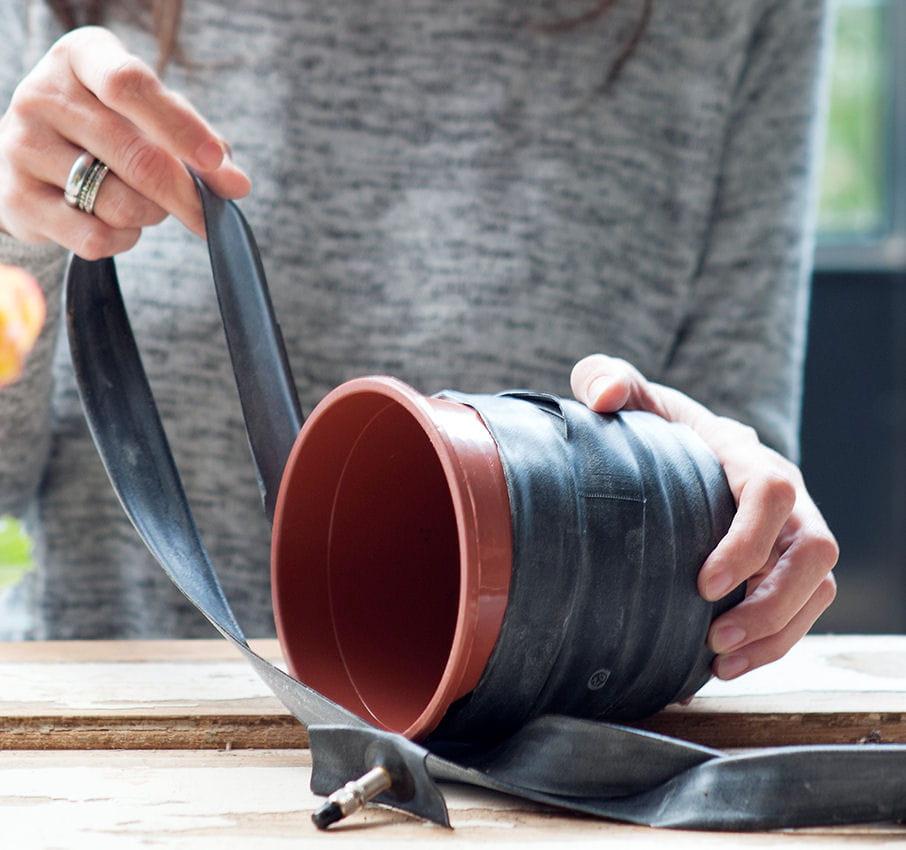 etape 3 entourer le pot en plastique diy un cache pot r cup 39 avec une chambre air. Black Bedroom Furniture Sets. Home Design Ideas