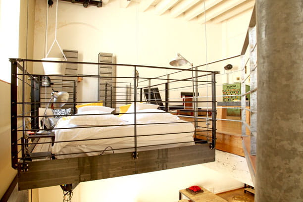un lit suspendu un loft la d co industrielle et r cup 39 journal des femmes. Black Bedroom Furniture Sets. Home Design Ideas