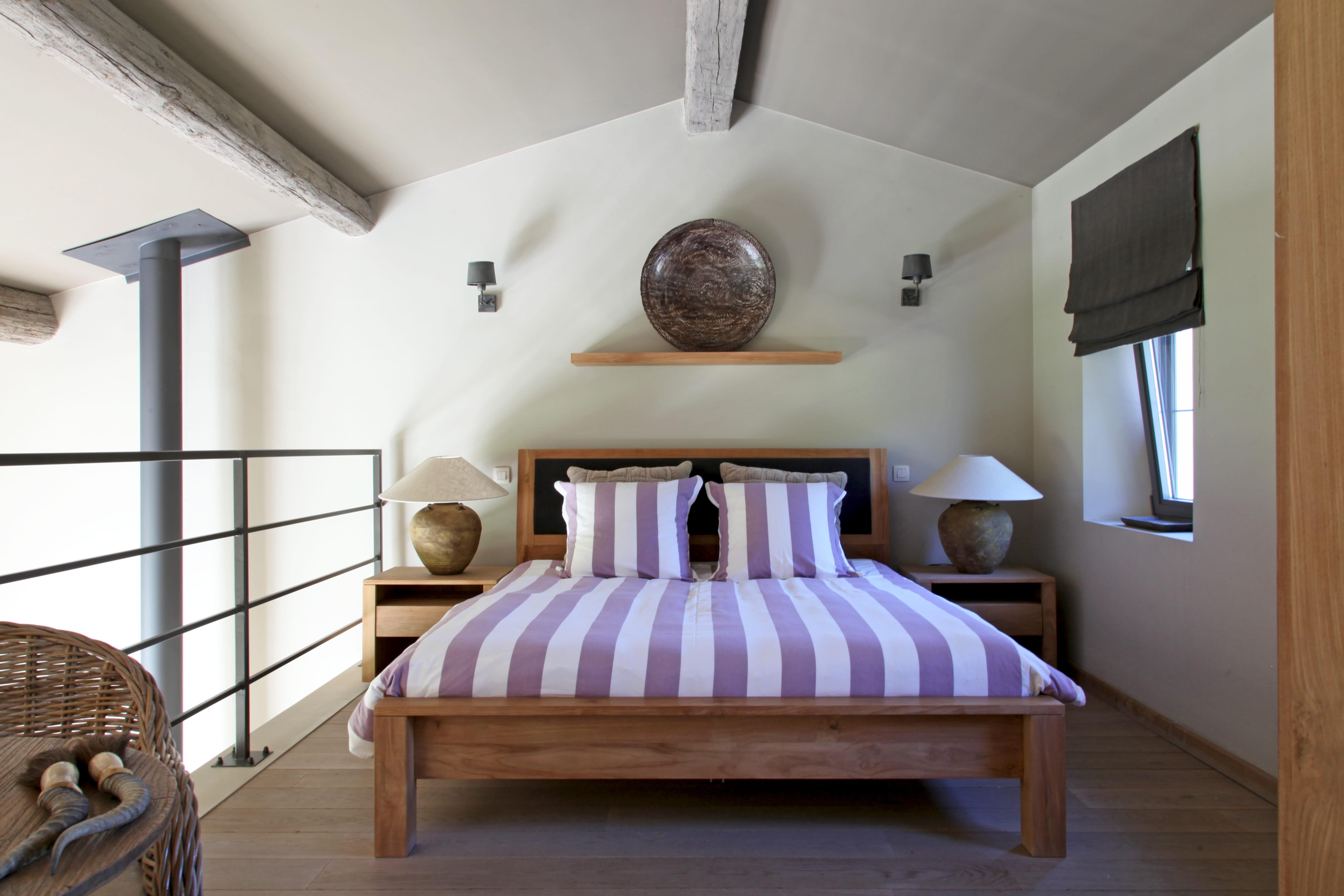 Une chambre chic et mansard e combles et greniers des espaces malins et b - Deco chambre mansardee ...