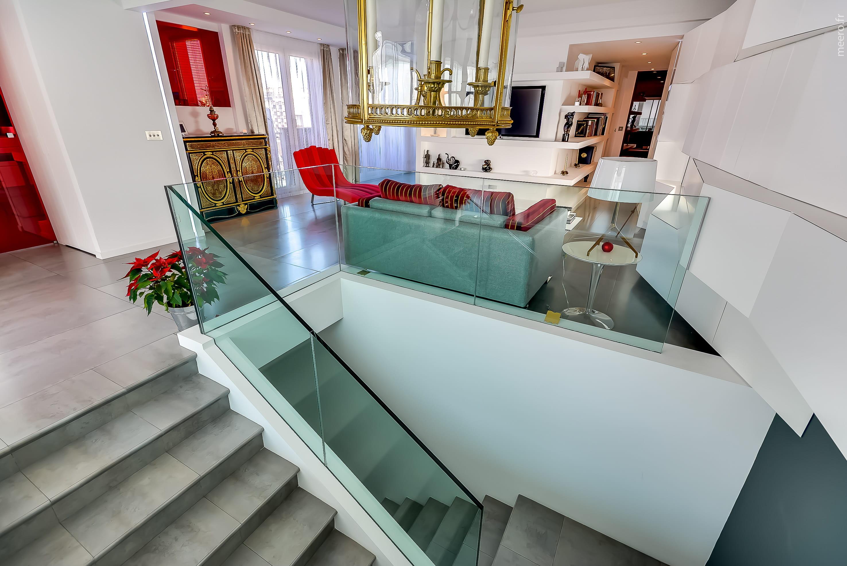 un escalier transparent. Black Bedroom Furniture Sets. Home Design Ideas