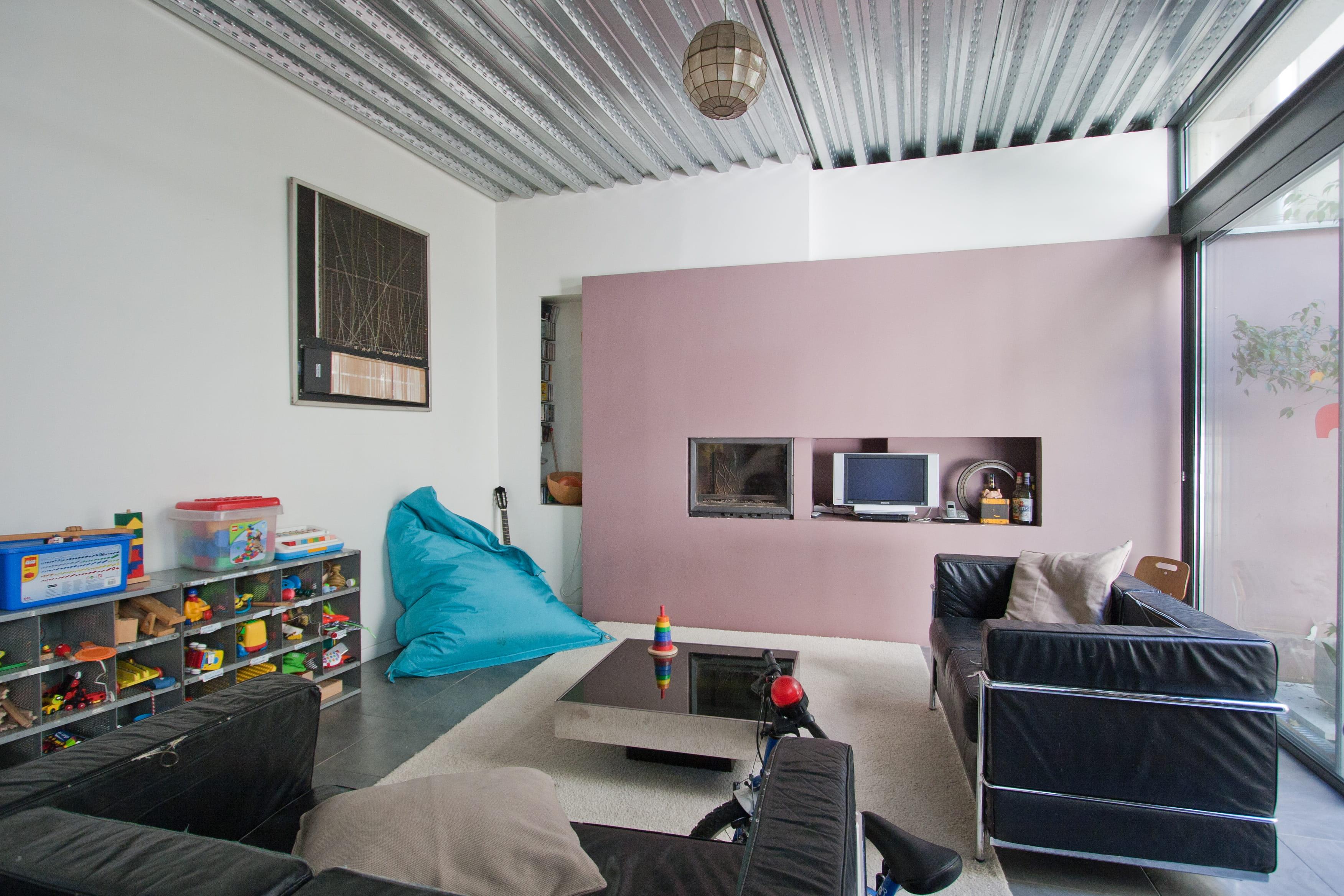 Un salon industriel : la décoration couleur marron glacé   journal ...