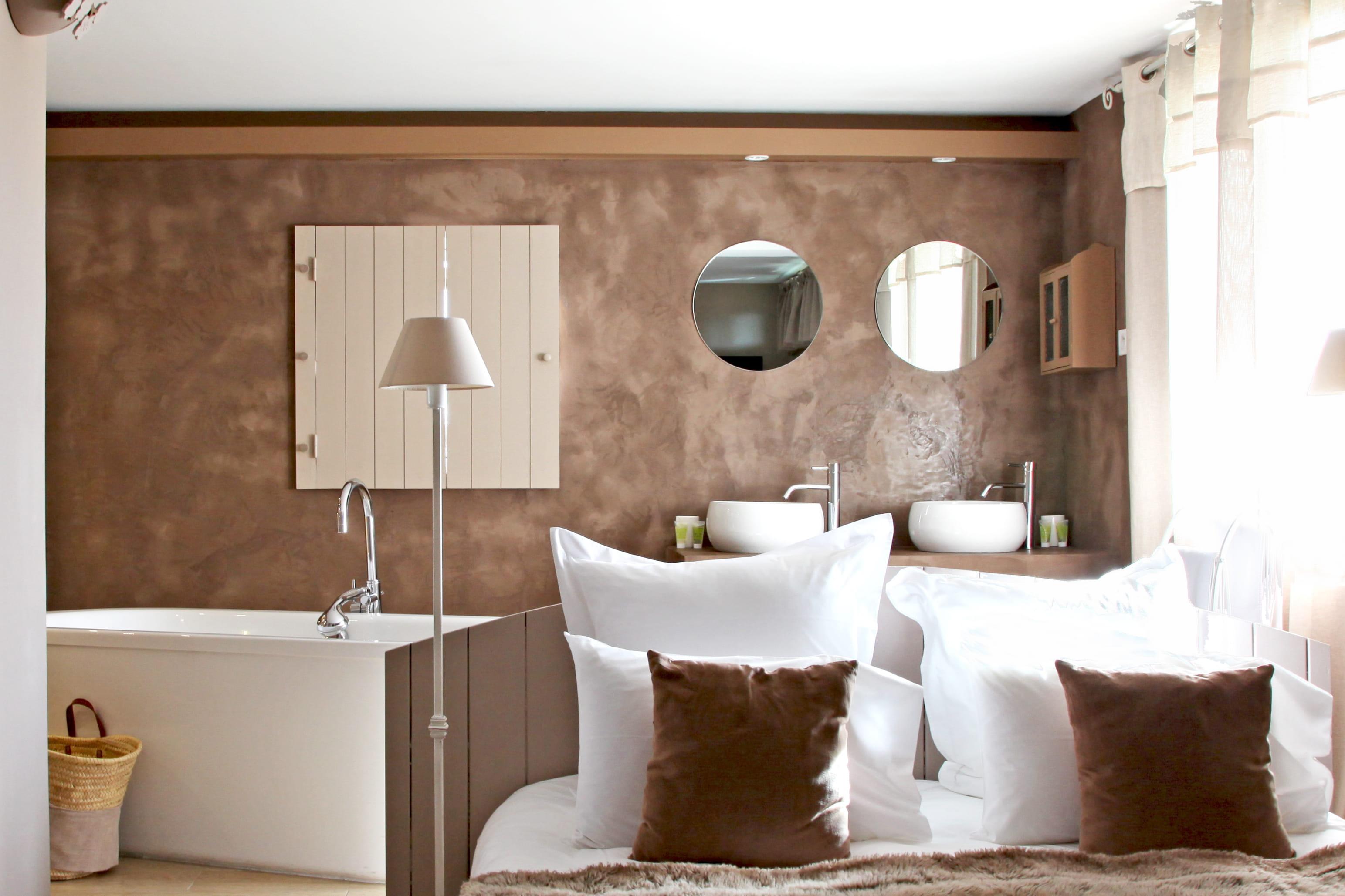 Une salle de bains taupe pour un r veil zen journal des for Reveil de salle de bain