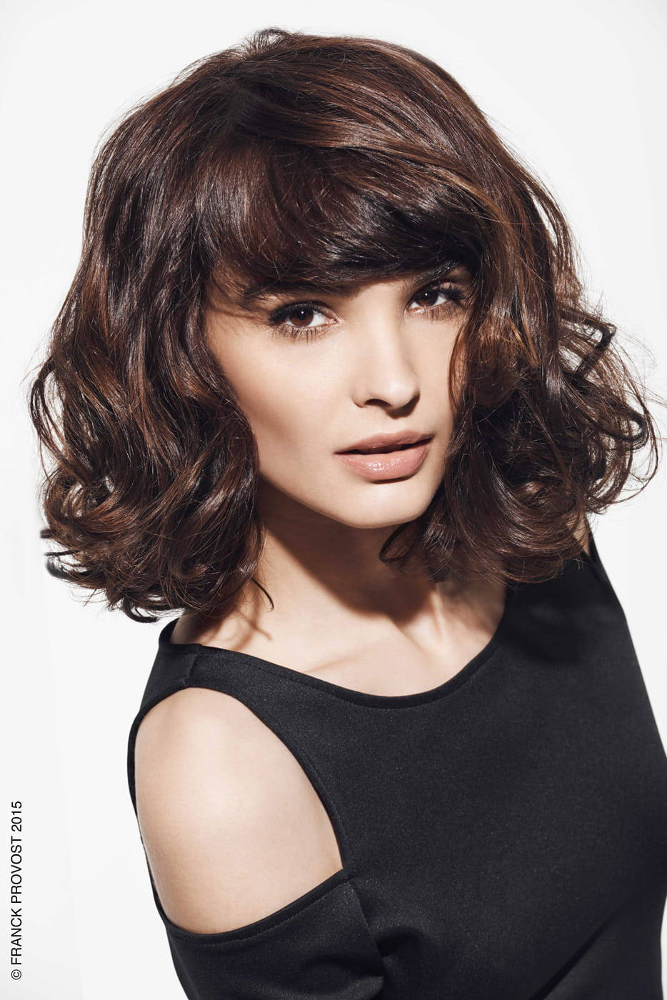 Le carr aux paules id es pour cheveux boucl s journal des femmes - Le journale des femmes ...