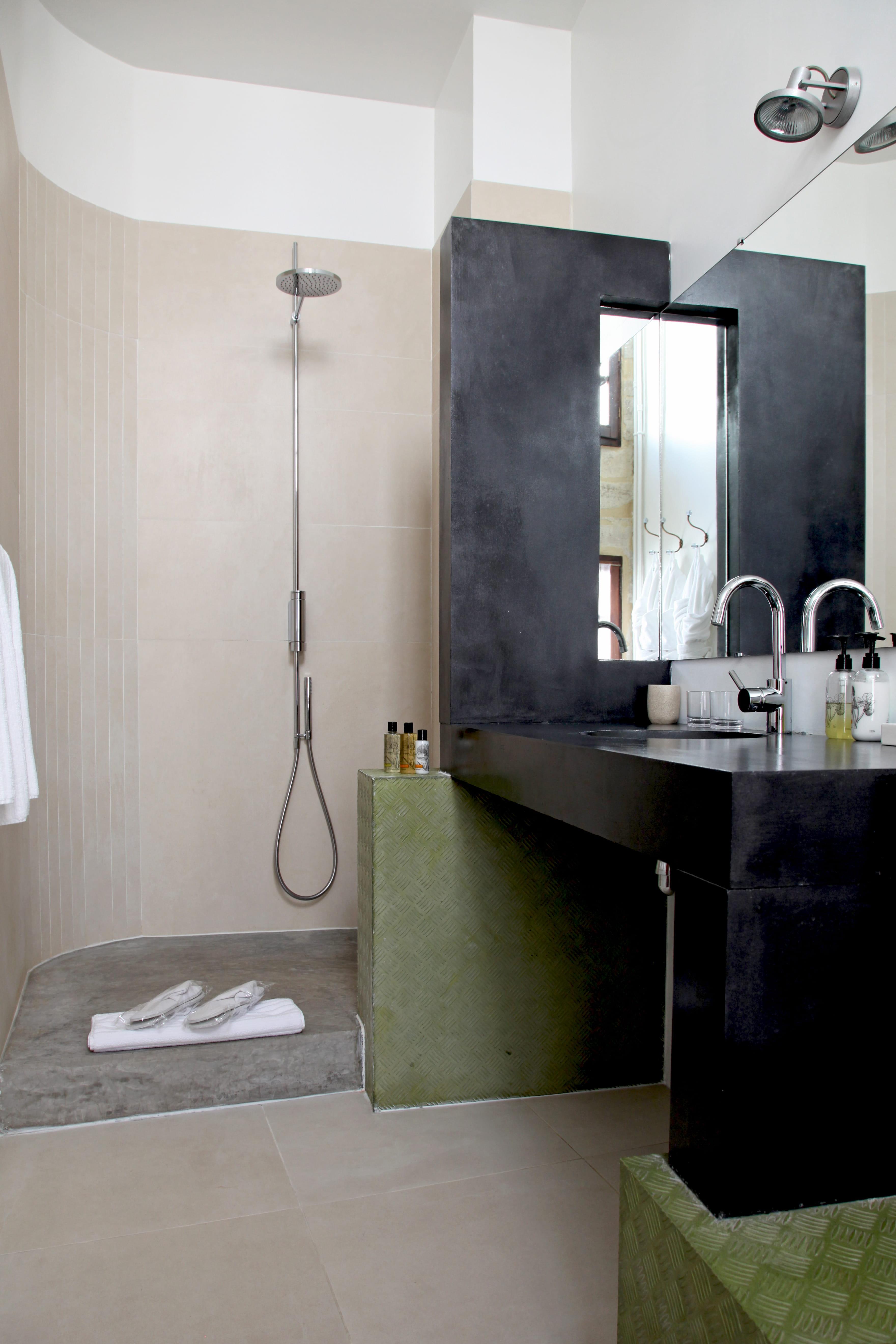 Le b ton dans la salle de bains - Modele salle de bain douche italienne ...