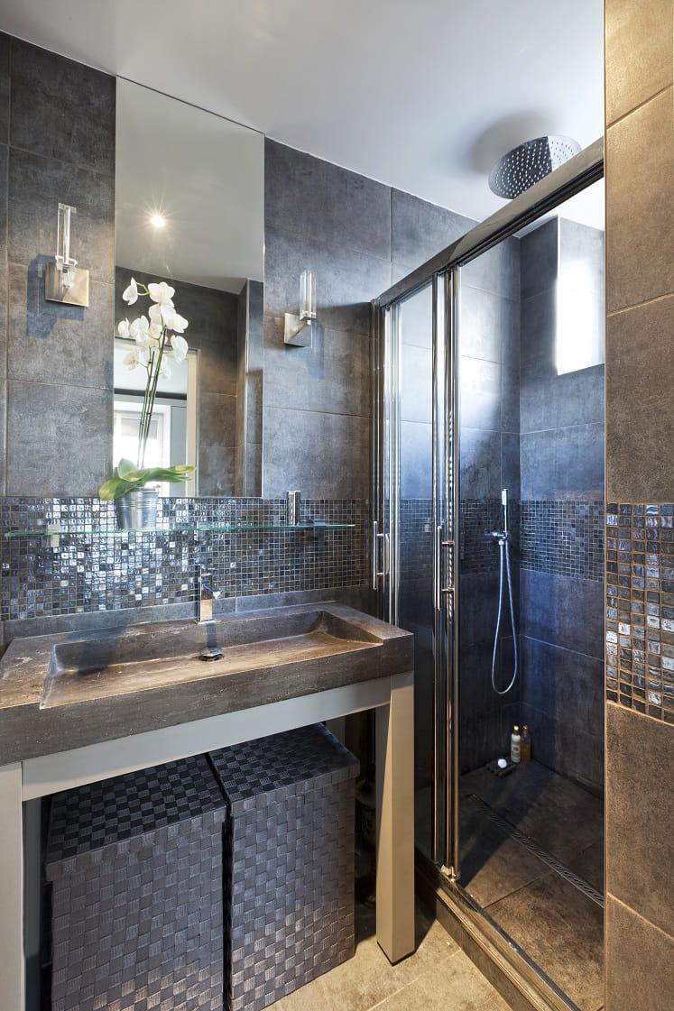 Petite salle de bains grise et lumineuse for Belle petite salle de bain