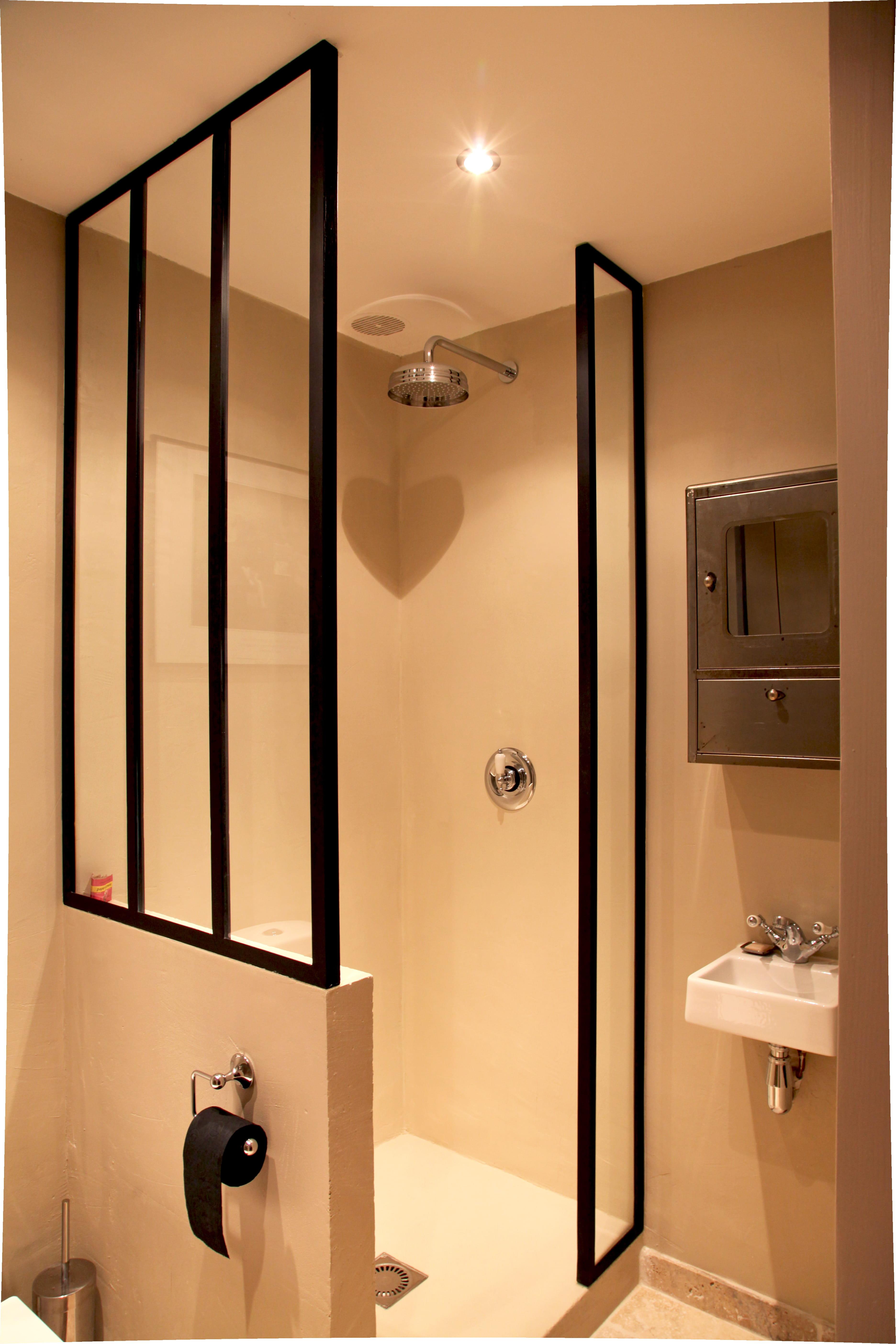 Salle d 39 eau avec ferronneries sur mesure for Mini salle d eau dans une chambre
