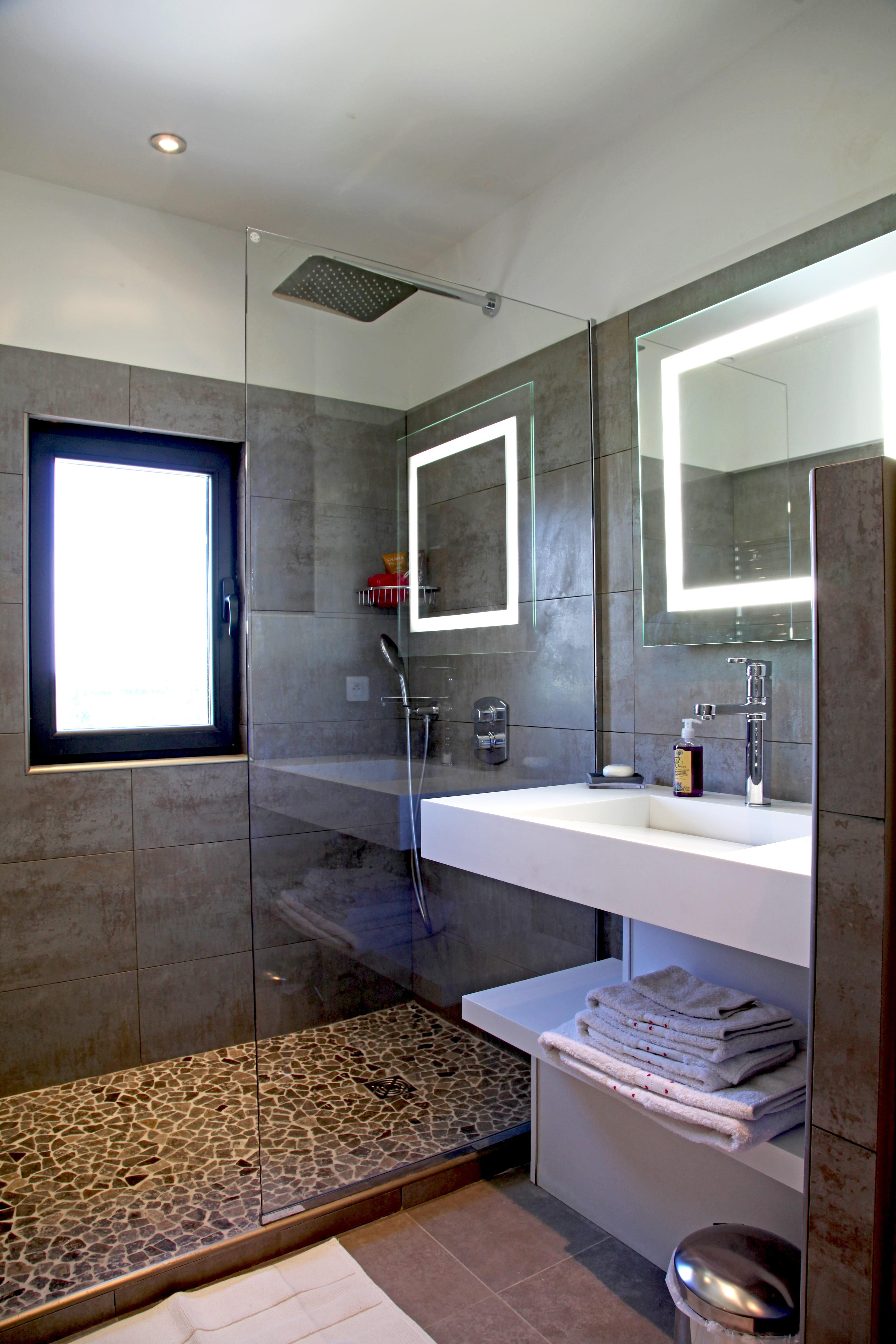 Salle de bains ultra moderne : Salle de bains : petite mais pleine d ...