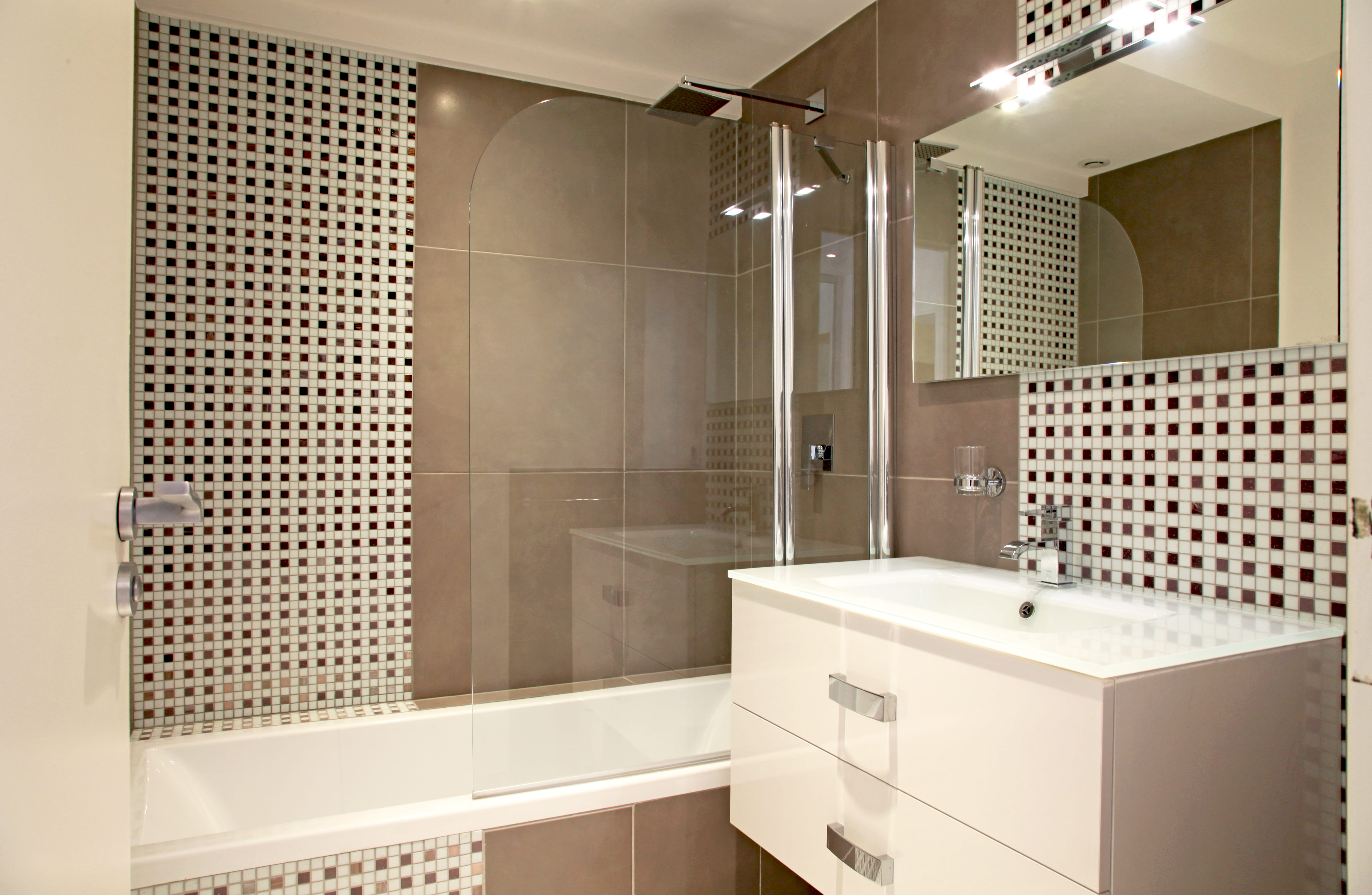 Petite salle de bains contemporaine : Salle de bains ...