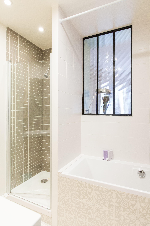 stunning salle de bains avec fentre salle de bains petite mais pleine d with fenetre salle de bain - Fenetre De Salle De Bain
