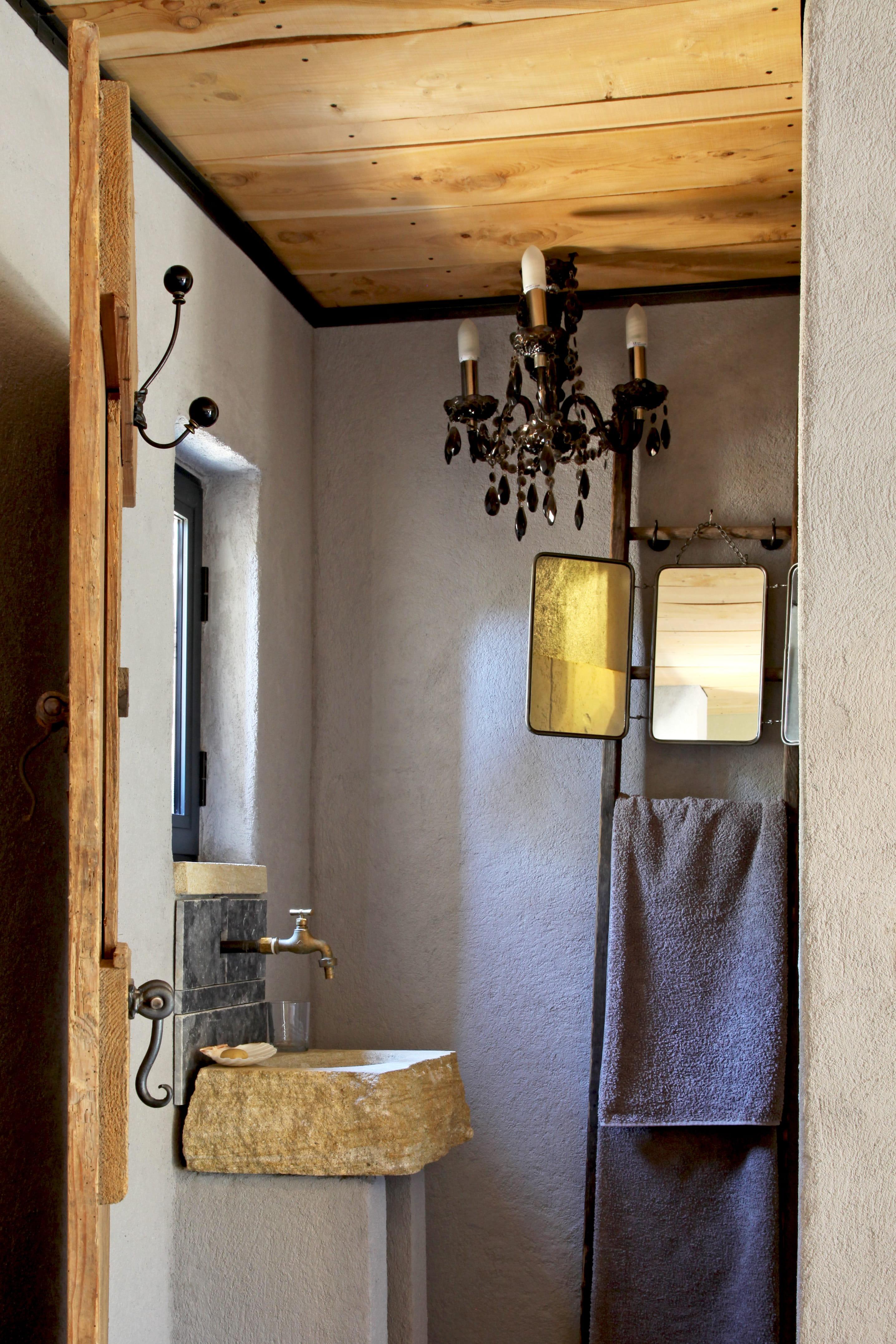 Salle de bains rustique chic : salle de bains : petite mais pleine ...
