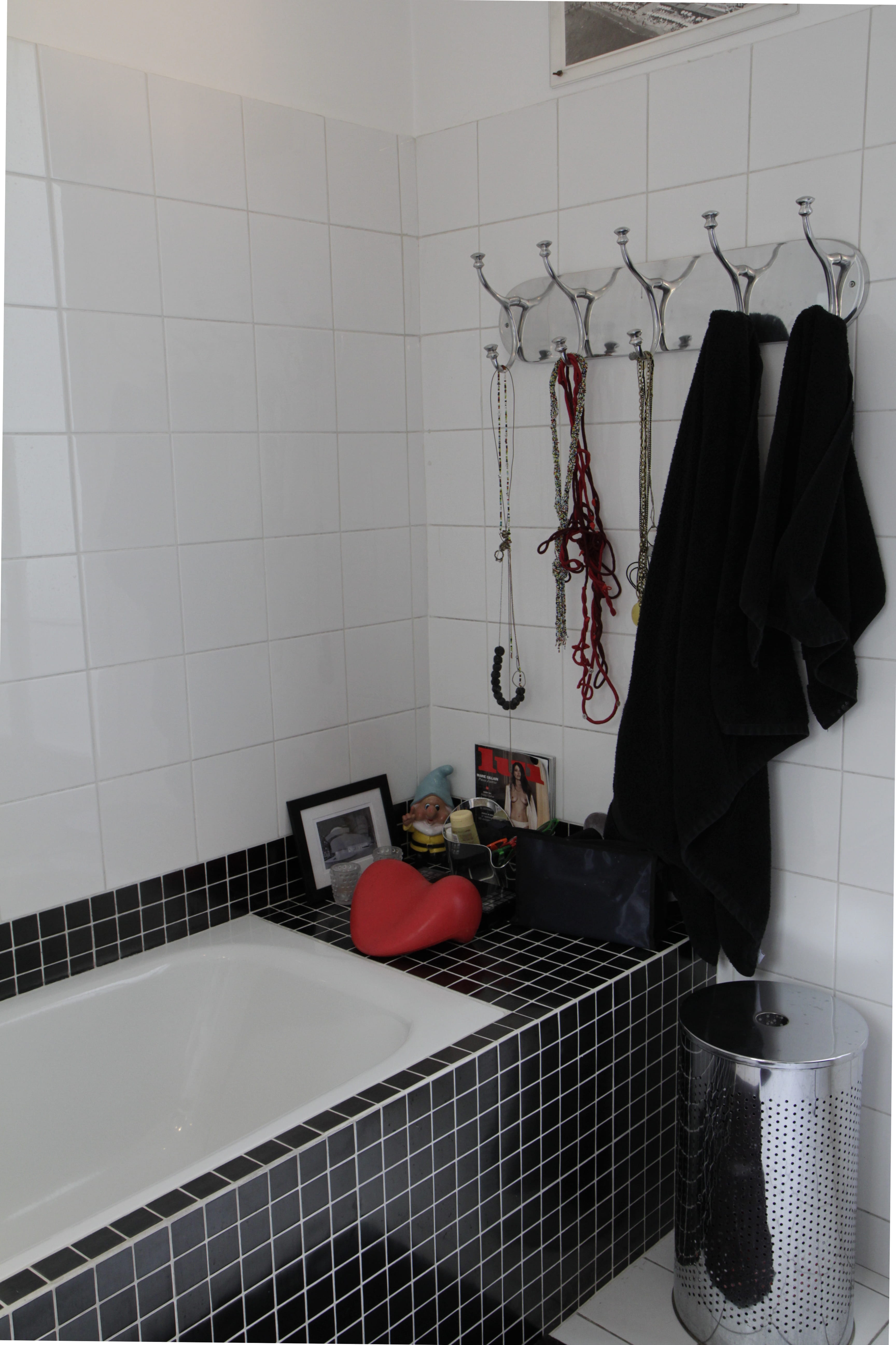 Salle de bains en noir et blanc : salle de bains : petite mais ...