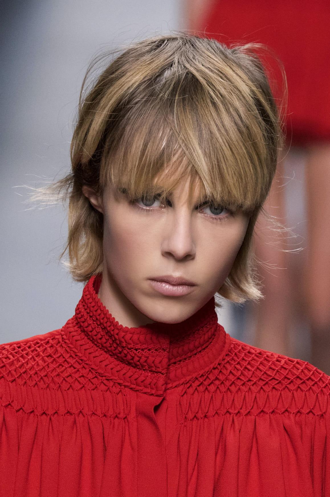 La frange longue d fil de coiffures tendance journal des femmes - Coiffure frange longue ...