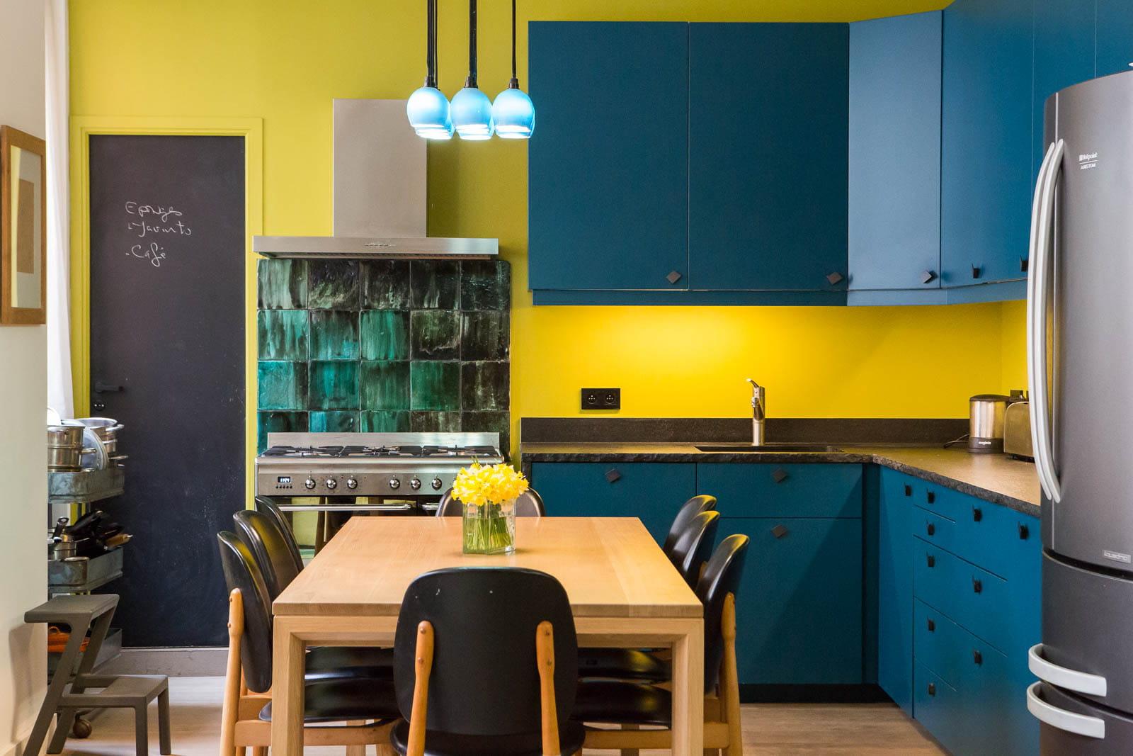 Cuisine bleue et jaune un appartement o presque tout for Cuisine amenagee bleue