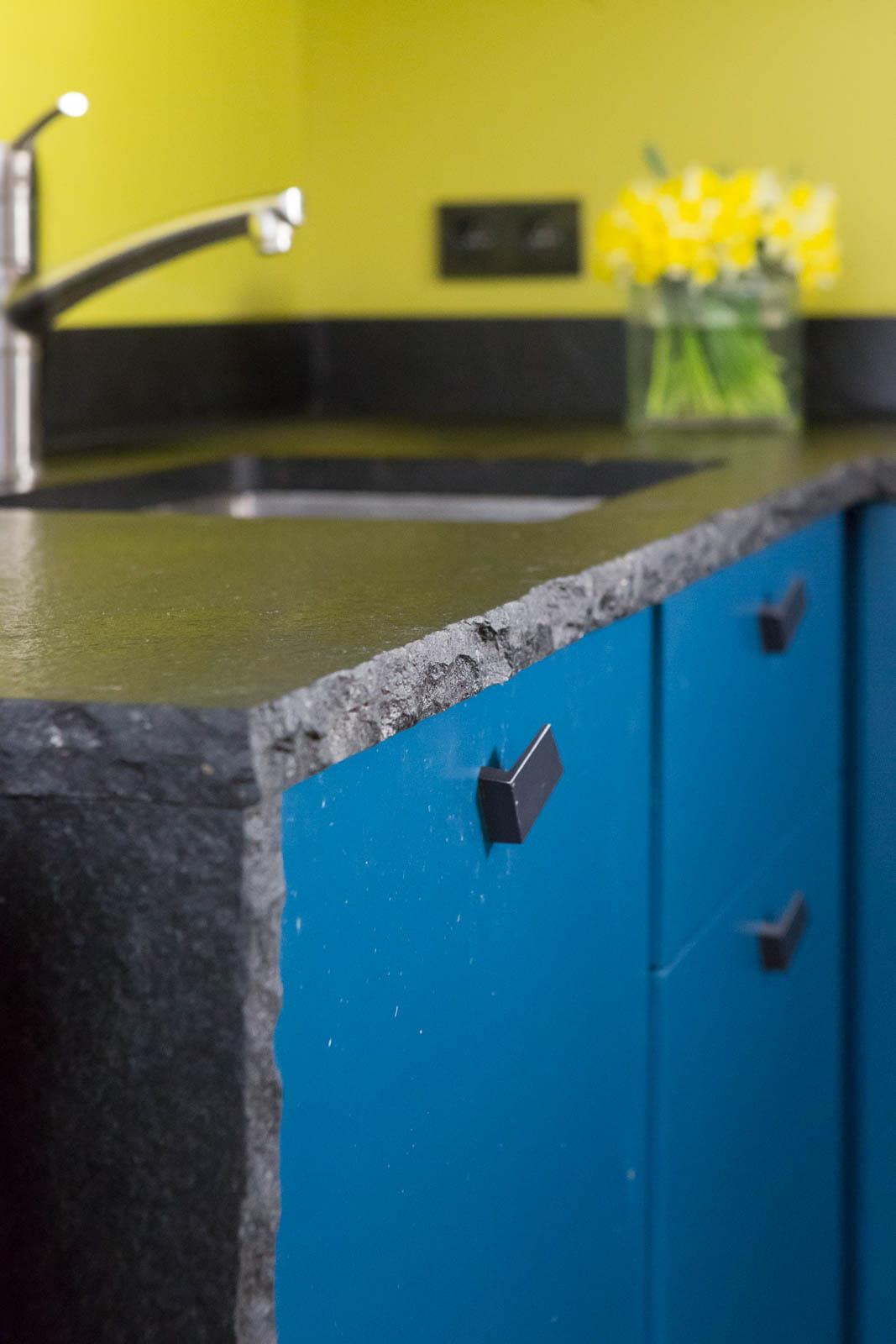 plan de travail en pierre noire un appartement o presque tout est ouvert journal des femmes. Black Bedroom Furniture Sets. Home Design Ideas