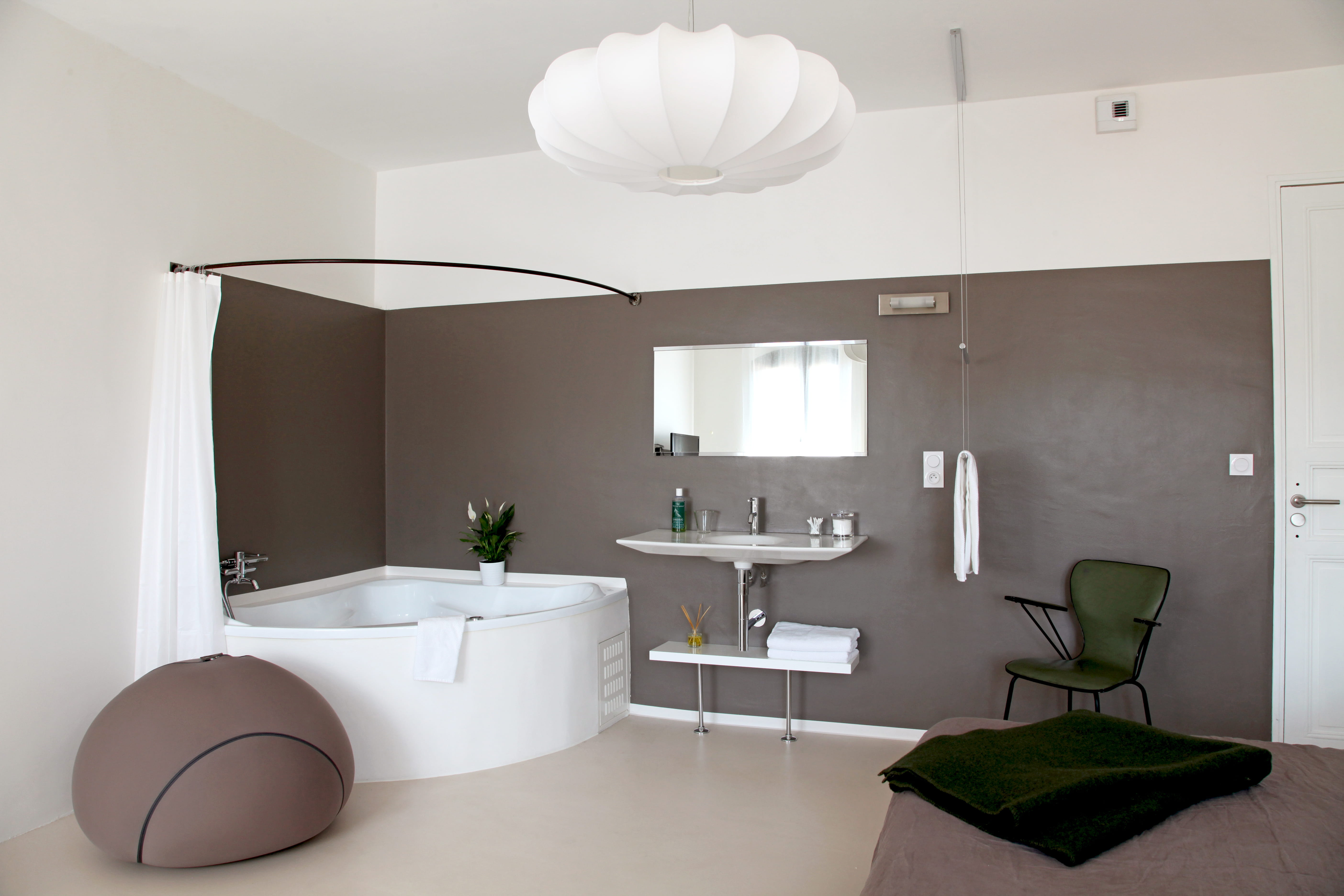 aplat mural taupe murs bicolores 20 id es d. Black Bedroom Furniture Sets. Home Design Ideas