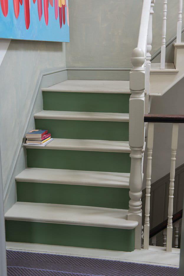 un escalier bicolore 10 id es pour peindre ses escaliers journal des femmes. Black Bedroom Furniture Sets. Home Design Ideas