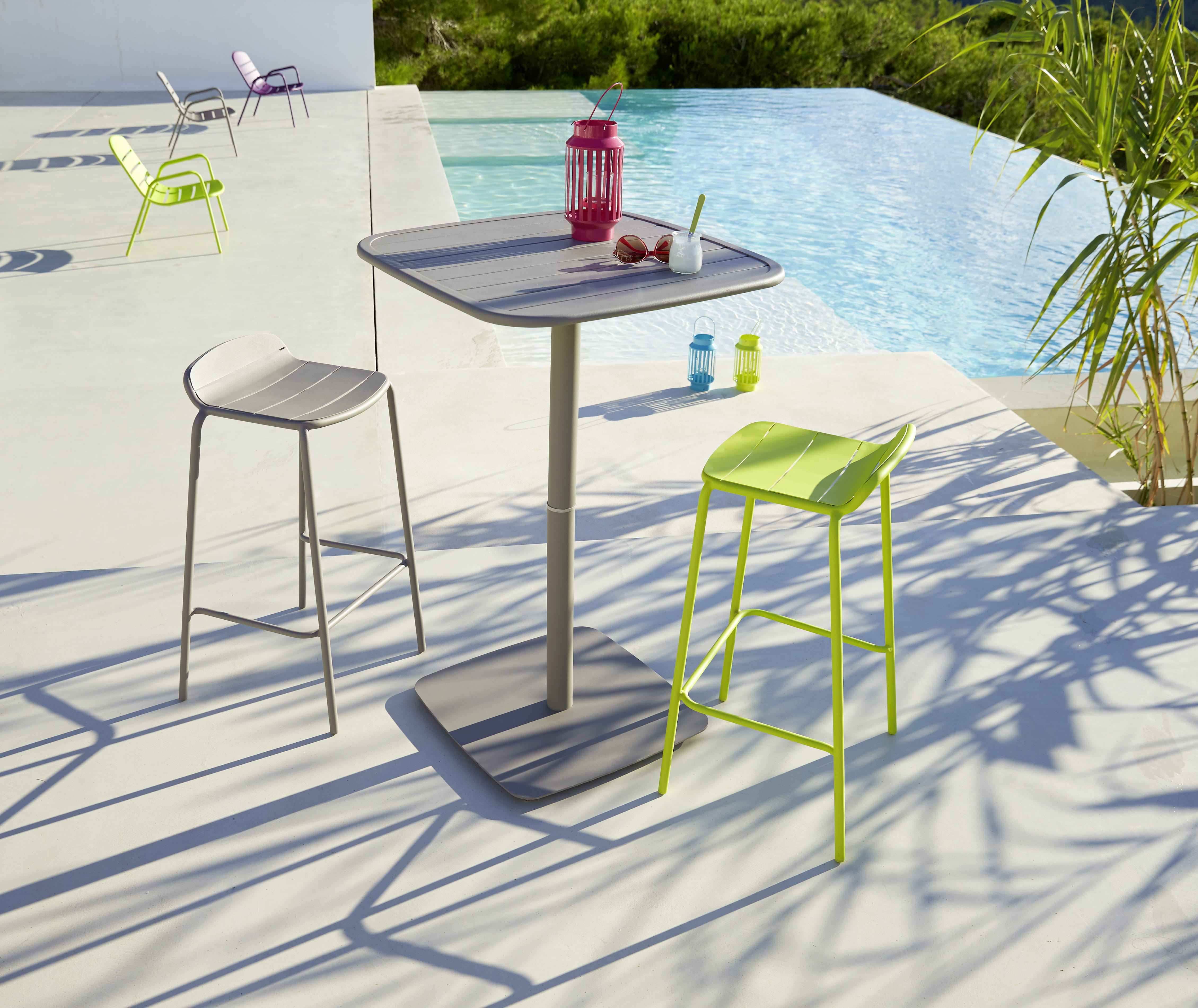 Table et chaise bar hyba chez carrefour for Carrefour meubles de jardin