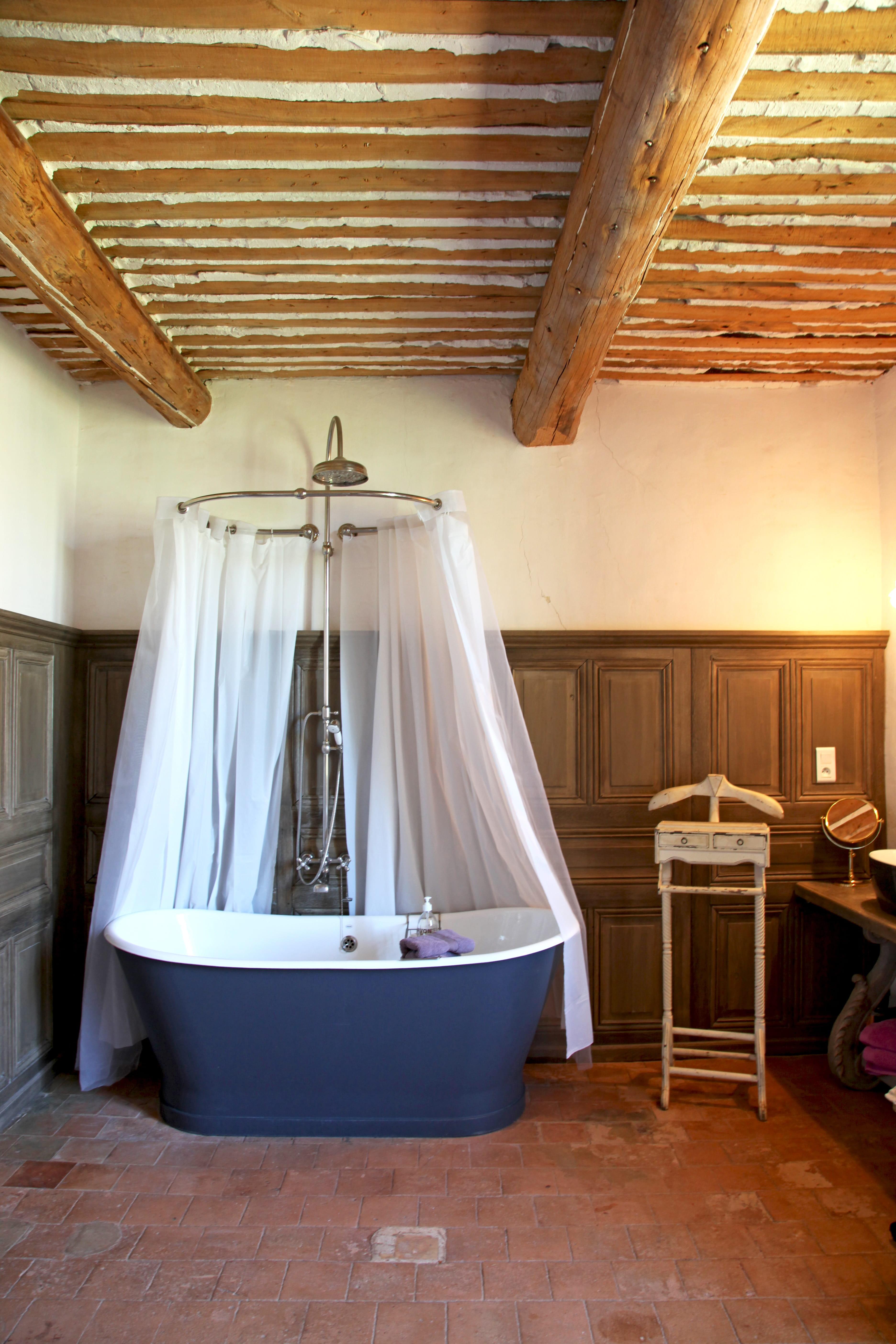 Salle de bains rétro romantique : salle de bains et bois, un duo à ...